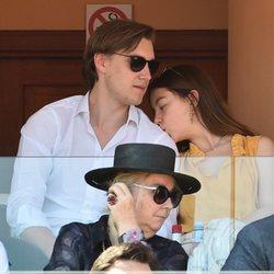 Alexandra de Hannover dando un beso en el hombro a su novio