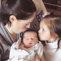 Coco Rocha con sus dos hijos tras dar a luz