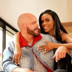 Michelle Williams y Chad Johnson posan tras anunciar su compromiso