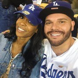 Michelle Williams y Chad Johnson en un partido de béisbol