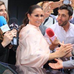 Isabel Pantoja, rodeada de medios a su llegada al restaurante en el bautizo de su nieta Carlota