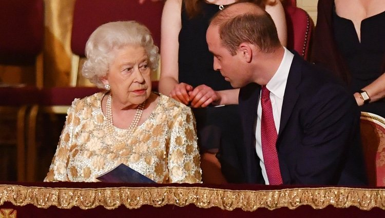 Guillermo de Inglaterra e Isabel II en el concierto del 92 cumpleaños de la Reina