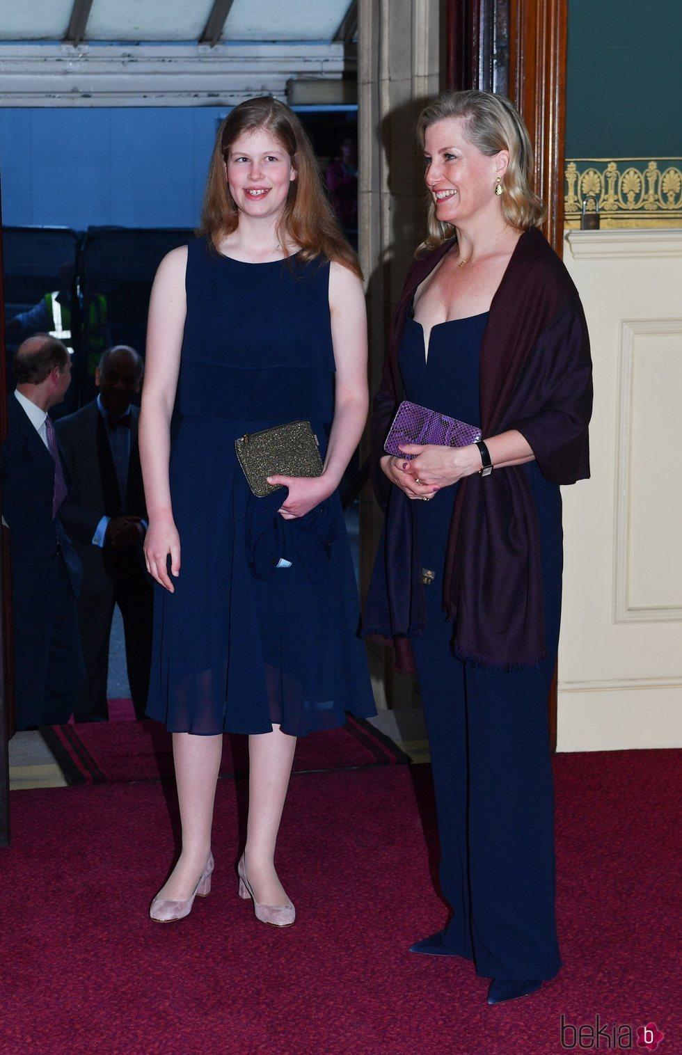 La Condesa de Wessex y su hija en el concierto del 92 cumpleaños de la Reina