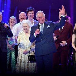 Isabel II y el Príncipe Carlos en el concierto del 92 cumpleaños de la Reina