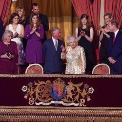 Isabel II saluda al público del Royal Albert Hall desde su palco de honor