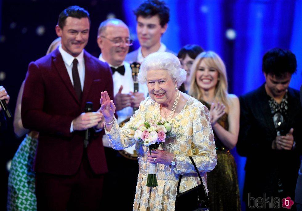 Isabel II recibe un ramo de flores durante el concierto en honor a su 92 cumpleaños