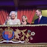 Isabel II saludando al público del Royal Albert Hall desde su palco de honor