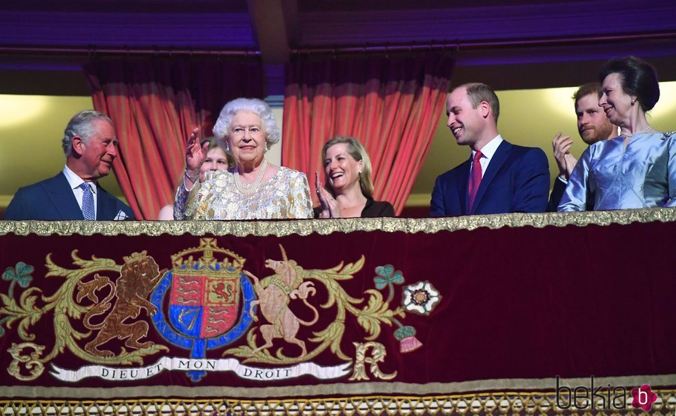 Isabel II saludando al público del Royal Albert Hall desde su palco de honor