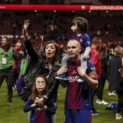 Andrés Iniesta y Anna Ortiz con sus hijos Valeria y Paolo Andrea celebrando la Copa del Rey 2018