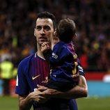 Sergio Busquets con su hijo Enzo celebrando la Copa del Rey 2018