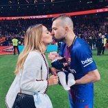 Jordi Alba y Romarey Ventura con sus hijo Piero celebrando la Copa del Rey 2018