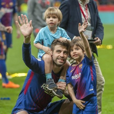 Gerard Piqué con sus hijos Milan y Sasha celebrando la Copa del Rey 2018