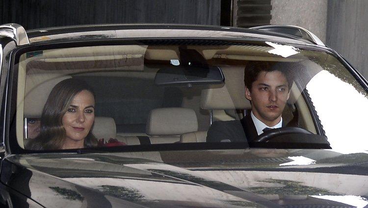 Fernando Romero y su novia llegan a la boda de Alejandra Romero y Pedro Armas