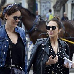Paula Echevarría con una amiga paseando por las calles de Málaga
