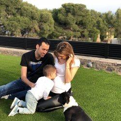 Sergio Busquets, Elena Galera y su hijo Enzo anunciando que esperan su segundo hijo