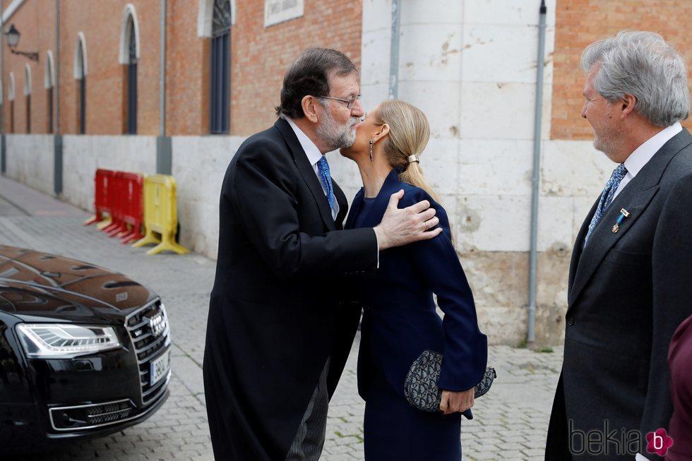 Mariano Rajoy  y Cristina Cifuentes se saludan en la entrega del Premio Cervantes 2017
