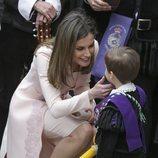 La Reina Letizia hablando con un niño pequeño tras la ceremonia del Premio Cervantes 2017