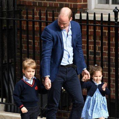 El Príncipe Guillermo de Inglaterra con sus hijos Carlota y Jorge yendo a ver a su hermano pequeño