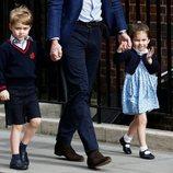 El Príncipe Jorge y la Princesa Carlota de Cambridge llegando a ver a su hermano al hospital