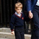 El Príncipe Jorge de Cambridge de la mano de su padre el Príncipe Guillermo de Inglaterra