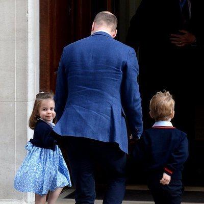 El Príncipe Guillermo de Inglaterra entrando a ver al bebé recién nacido con Jorge y Carlota de Cambridge