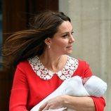 Kate Middleton con su tercer hijo en brazos