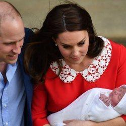 Los Duques de Cambridge saliendo del hospital con su tercer hijo