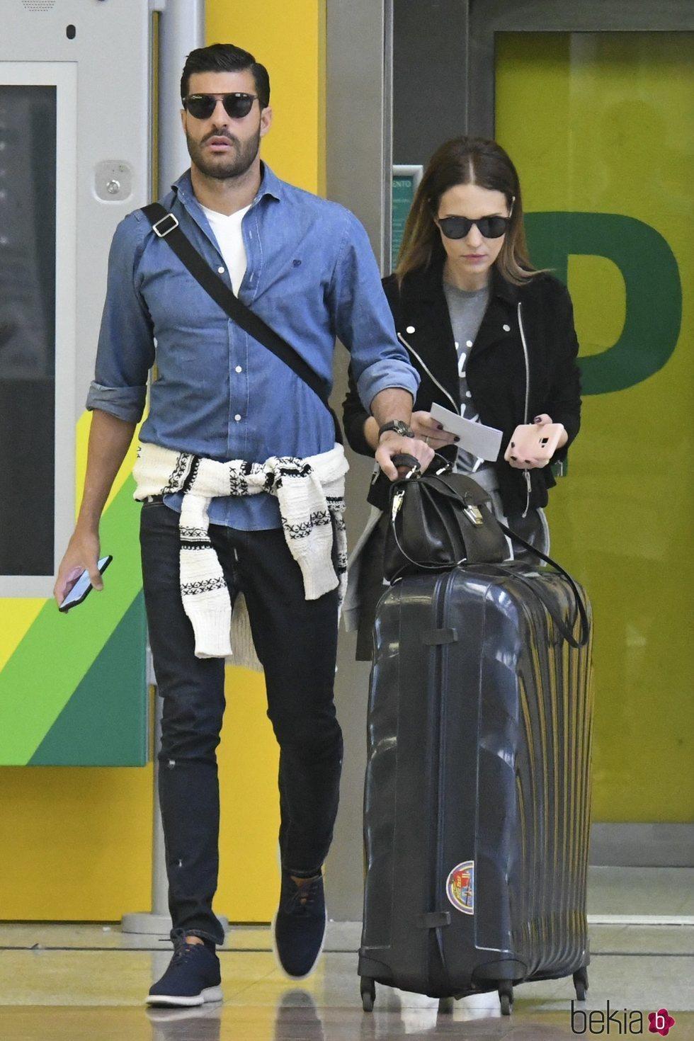 Miguel Torres y Paula Echevarría en la estación de tren de Málaga