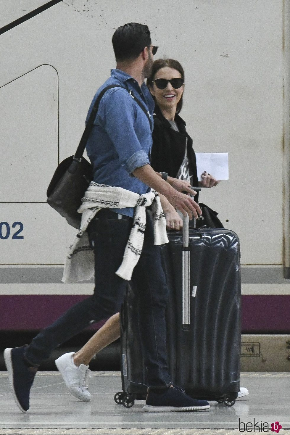Paula Echevarría, compartiendo sonrisas con Miguel Torres en la estación de Málaga