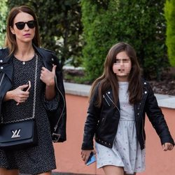 Paula Echevarría y su hija Daniella yendo al cine en Madrid