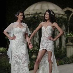 Blanca Romero y Lucía Rivera posan durante el desfile de Pronovias de la Barcelona Bridal Fashion Week 2018