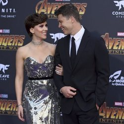 Scarlett Johansson y Colin Fost mirándose muy cómplices