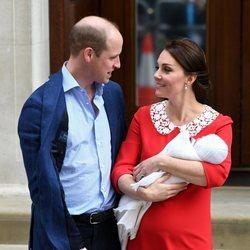 El Príncipe Guillermo y Kate Middleton se dedican una tierna mirada en la presentación de su tercer hijo