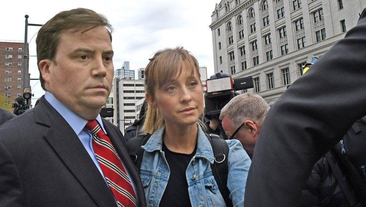 Allison Mack abandonando el Palacio de la Justicia de Nueva York