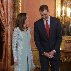 Los Reyes Felipe y Letizia bromean en el almuerzo previo a la entrega del Premio Cervantes 2017