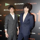 Javier Calvo y Javier Ambrossi posan juntos en el pohotocall de Influencers Awards