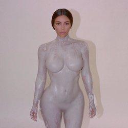 Kim Kardashian totalmente desnuda para la promoción de su nueva fragancia