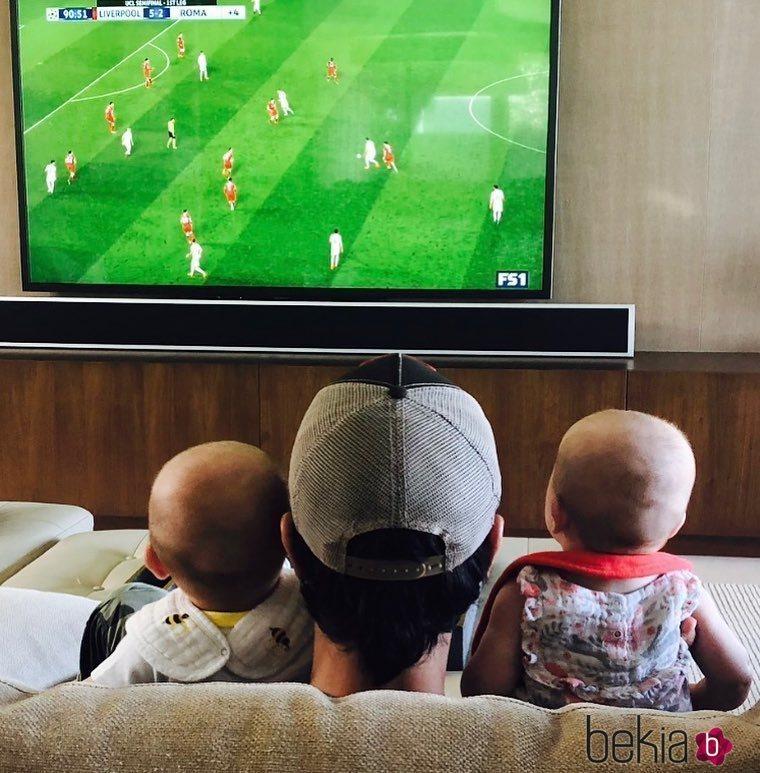 Enrique Iglesias viendo el fútbol con sus gemelos