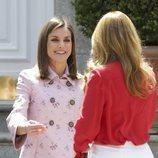 La Reina Letizia recibe con mucho cariño a Angélica Rivera en La Zarzuela