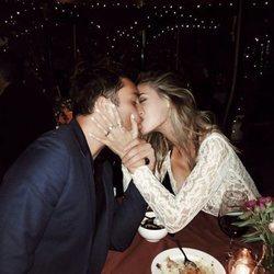 Ed Westwick y Jessica Sefarty besándose en un restaurante