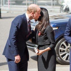 El Príncipe Guillermo besa a Meghan Markle en el ANZAC Day 2018
