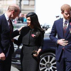 El Príncipe Guillermo, muy cariñoso con Meghan Markle junto al Príncipe Harry