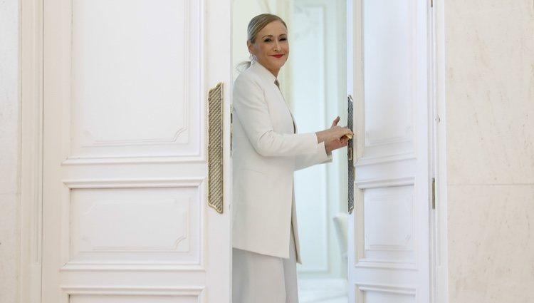 Cristina Cifuentes saliendo de la sala en la que ha anunciado su dimisión