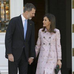 Los Reyes Felipe y Letizia, sonrientes y cogidos de la mano en La Zarzuela