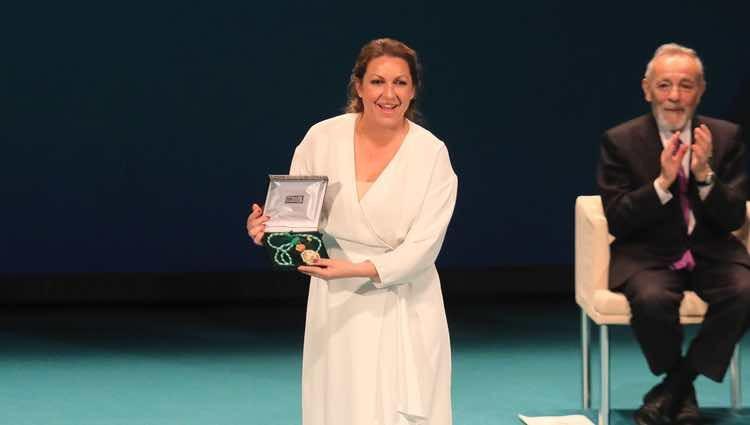 Niña Pastori recogiendo la Medalla de Andalucía 2018