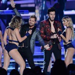 Sebastián Yatra y David Bisbal actuando en los Premios Billboard de la Música Latina de 2018