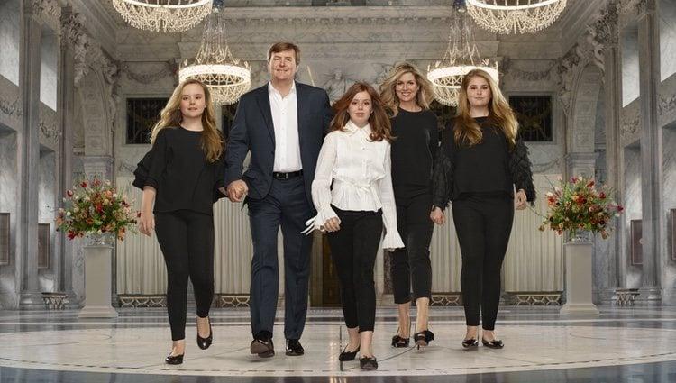 Guillermo Alejandro y Máxima de Holanda posan con sus hijas por el quinto aniversario de reinado del Rey de Países Bajos