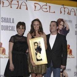 Shaila Dúrcal junto a sus hermanos Carmen y Antonio Morales durante la entrega del disco de oro de su primer álbum