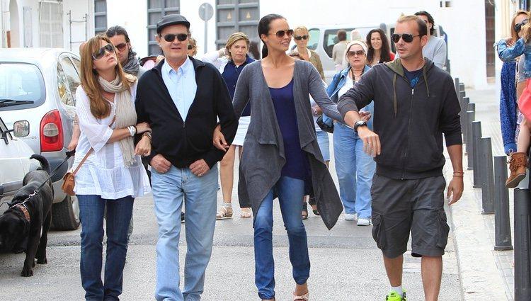 Antonio Morales 'Junior' junto a sus hijos Carmen, Antonio y Shaila Morales paseando por Ibiza