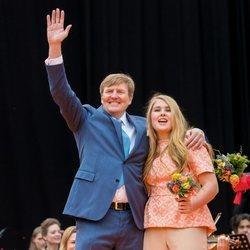 El Rey Guillermo de Holanda con su hija la Princesa Amalia